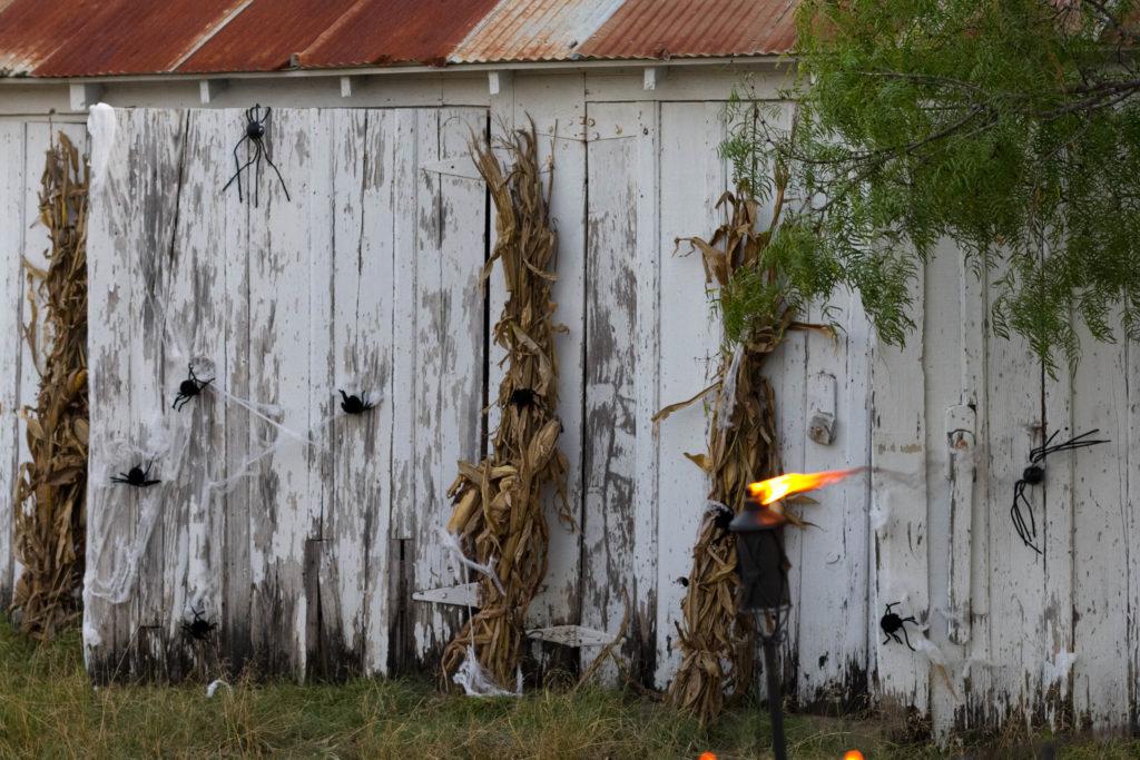 barn-door-outdoor-halloween-decor-irisnacole-com
