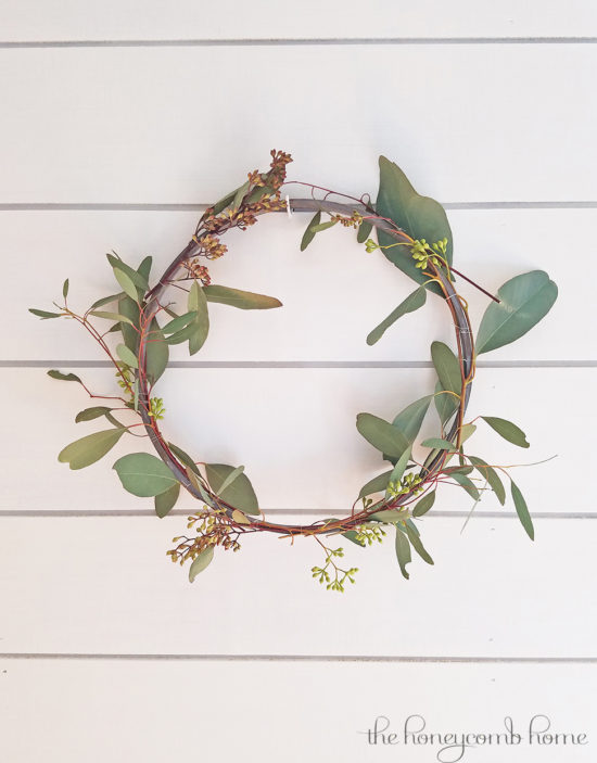 The Honeycomb Home SIMPLE DIY SPRING WREATH-The Creative Circle Link Party 107 Feature